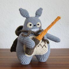 Learn to crochet this amigurumi Sith Totoro. Free pattern.