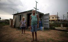 Sem dinheiro para o aluguel, José Pereira e Cláudia Rodrigues, de 75 e 71 anos, posam na frente de sua casa, que é um contêiner, na beira da estrada em Campinas. Veja mais fotos na galeria.