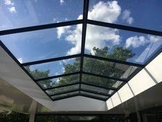 Stalen lichtstraten hebben een superslanke profilering. De T- profielen zijn 40 mm breed. Door een speciale lijm –en sealtechniek hebben we een koudebrugonderbreking gemaakt waardoor het dak uitstekend isoleert en er toch aantrekkelijk uit ziet. De daken zijn als zadeldak leverbaar tot een maximale grootte van 2,00 x 5,00 meter Green House Design, Roof Light, Loft, Exterior, Windows, Garden, Rooftops, Living Room, Houses