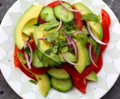 Avocado & Tomato Salad - Ensalada de Aguacate y Tomate Colombian Desserts, Colombian Dishes, My Colombian Recipes, Colombian Cuisine, Plantain Recipes, Ripe Plantain, Latin Food, Colombian Breakfast, Rolo
