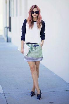 Tolle Haarfarbe, tolle Clutch: Bloggerin Liz von Late Afternoon trägt einen Minirock (von Karen Millen) zu einem Bi-Color-Pulli und Flats (von Acne). Eine Lasercut-Clutch (von Karen Millen) aus Leder vervollständigt ihren lässigen L.A.-Streetstyle. Noch mehr Harfarbentrends 2014 hier!