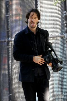 keanu reeves stole the camera from paparrazzi I have so respect for this man Keanu Reeves John Wick, Keanu Charles Reeves, Beautiful Men, Beautiful People, Keanu Reaves, Little Buddha, Baba Yaga, Hollywood, Karl Urban