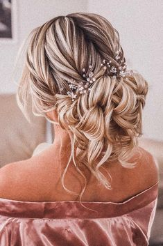 Top Wedding Updos For Medium Hair ★ wedding updos for medium hair textured low curly bun with loose curls and accessories pritodavaidosa hair 30 Ideas Of Wedding Updos For Medium Hair Length Up Dos For Medium Hair, Medium Hair Styles, Curly Hair Styles, Natural Hair Styles, Curly Updos For Medium Hair, Loose Curly Updo, Hair Styles For Grad, Prom Hair Medium, Medium Curly