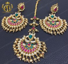 Pinterest: @pawank90 Tikka Jewelry, Indian Jewelry Earrings, Jewelry Design Earrings, Head Jewelry, Jewelery, India Jewelry, Jewelry Sets, Pakistani Jewelry, Indian Wedding Jewelry