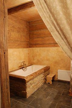 Sprchový kout je v koupelně horní, vana v té v přízemí. Je obložena přírodním kamenem. Na podlaze je břidlicová dlažba z jednoho z posledních českých dolů. Ráz původnosti dodává malba; archiv firmy