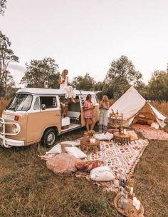 camping aesthetic 🍒❤️P I N T E R E S T : 𝙻𝙰𝚈𝙻𝙰 𝙵𝙻𝙾𝚁𝙰♥︎♥︎❤️🍒 // Dream camp set up, Picnic goals. Zelt Camping, Vw Camping, Camping Set Up, Camping Hacks, Camping Storage, Beach Camping, Camping Essentials, Camping Date, Camping Friends
