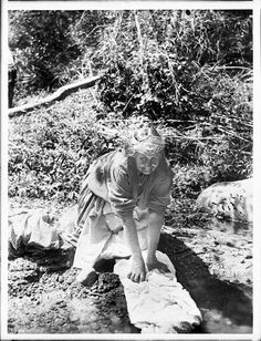 Cahuilla woman washing clothes - 1905 Indian Tribes, Native American Tribes, Native Americans, San Bernardino Mountains, Indian Village, Vintage Laundry, White Eyes, Some Pictures, Change The World