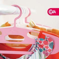 Os Cabides Piccolino são perfeitos para acomodar roupas infantis. O design diferenciado lembra um sorriso feliz.   www.coza.com.br