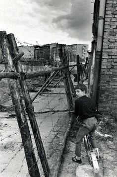 Leonard Freed - Boy at the Berlin Wall, Berlin, W.Germany, 1965