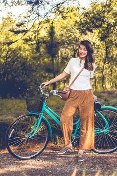 Look casual para o passeio de bicicleta no fim de semana, com calça confortável e tênis keds.