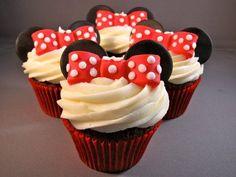 Minnie Mouse cupcakes with Thin Mint ears. Mini Mouse Cupcakes, Minnie Cupcakes, Cute Cupcakes, Cupcake Cookies, Oreo Cupcakes, Girl Cupcakes, Birthday Cupcakes, Yummy Treats, Sweet Treats