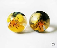 náušnice so živými kvetmi resin earrings with real flowers http://www.sperkysan.sk/Gulickove-nausnice-so-zivymi-sirotkami