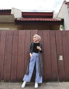 9 Cara Memaksimalkan Baju yang Kamu Punya Buat OOTD Ala Ina Yustian. Simpel Tapi Menawan! Modest Fashion Hijab, Modern Hijab Fashion, Street Hijab Fashion, Casual Hijab Outfit, Hijab Fashion Inspiration, Hijab Chic, Muslim Fashion, Ootd Fashion, Ootd Hijab