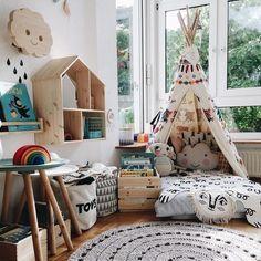 """Que quarto mais lindo do mundo, nenóm? Essa semana fizemos um post no blog falando sobre """"cantinho de leitura"""" para as crianças e lá vcs encontram alem do cantinho que acabei de fazer para os #pioios, muitas outras inspirações e dicas pra montar um bem aconchegante pros nossos pequenos leitores e ouvintes. O link tá na bio😙  #kids #cantinhodaleitura #interiores #decoracao #quartoinfantil #leitura #livros"""