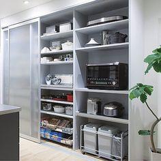 . #パントリー 問題‼️ 最近ずーっと悩んでます . 勝手口をつけて換気もできるキッチンとは別の空間をプランニングしてますが… . 実は最近picみたいな乳白のガラス引き戸の収納をパントリーにしようかと思っています❣️ . 通路がもったいないことになってるので… . ただ❗️このシステム収納?高いっ‼️ 私がやりたいユニットにすると100万 . どなたかお手頃なメーカーご存知ないですか?? もしくはうちはパントリーこうしてるよー❣️っていうのがあればぜひ教えてください♀️ . #夢のマイホーム #マイホーム #マイホーム計画 #マイホーム計画中 #マイホーム計画中の人と繋がりたい #間取り図大好き #新築一戸建て #パントリー収納 - kazuha.home