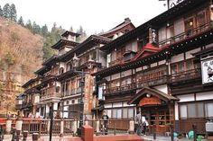 手前側が「旅館永澤平八」中央が「能登屋旅館」となっています。能登屋旅館は国の重要文化財にも指定されており、 銀山温泉のシンボルともいえる代表的な宿です。  2つの宿が並んでいる風景は圧巻ですね。