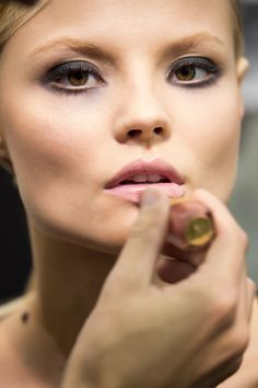 Makijaże, trendy z wybiegów - wiosna/lato 2013  Backstage pokazu Elie Saab  Fot: Imaxtree