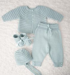 Designene i denne hentesett katalogen strikkes i Dale BabyPrecious layettes knit in the finest quality wool. All of the heirloom-quality layettes in this book are perfect for any new bundle of joy. Featuring high-quality patterns and made in yarn tha Baby Boy Knitting Patterns, Baby Sweater Patterns, Knitting For Kids, Baby Patterns, Baby Layette, Baby Onesie, Knitted Baby Clothes, Knitting Blogs, Crochet For Boys
