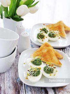 Przepis na jajka faszerowane szpinakiem to świetny pomysł na urozmaicenie zwykłego śniadania. Polecam również jako jedno z dań wielkanocnych.