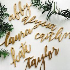 Buon mercoledì!E tra le novità 2018 proponiamo questi deliziosi cadeau per i vostri ospiti! I loro nomi intagliati su legno come segnaposto per esempio da