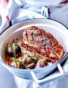 Recette Rôti de magrets de canard aux figues : Salez et poivrez les magrets.Pelez et dégermez les gousses d'ail. Coupez-les en tranches. Répartissez-les su...