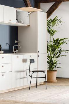 Ikea hack: Sådan får du dit Ikea-køkken til at ligne en million Black Kitchen Cabinets, Black Kitchens, Luxury Kitchens, Kitchen Countertops, White Cabinets, Plywood Kitchen, Ikea Kitchen, Living Room Kitchen, Kitchen Wood