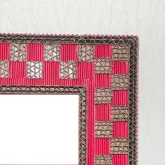 Cadre en dentelle de carton et carton ondulé rouge