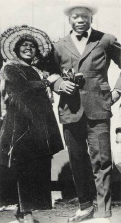 Heavyweight Boxing champion Jack Johnson with girlfriend, 1904 (California). American Boxer, American Sports, Jack Johnson Boxer, Dodgers, Heavyweight Boxing, The Sporting Life, American Athletes, Boxing History, Champions Of The World
