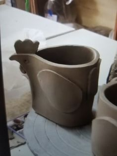 Most up-to-date Screen clay pottery pots Concepts Pot cocotte pour mamie cocotte Pottery Pots, Slab Pottery, Ceramic Pottery, Ceramics Projects, Clay Projects, Clay Crafts, Ceramic Birds, Ceramic Clay, Ceramic Chicken