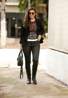 look do dia clicado pelo fotógrafo leo faria em sp. calça preta com bota preta, não tem como ficar feio!