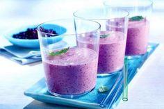 Wild Blueberry Soy Shake - 12 smoothie recipes under 200 calories Smoothie Banane Kiwi, Blueberry Banana Smoothie, Juice Smoothie, Smoothie Drinks, Healthy Smoothies, Healthy Drinks, Smoothie Recipes, Blueberry Juice, Juice 2