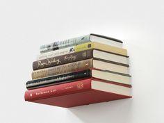 """Vergeet die zware eikenhouten boekenkast. Bespaar plaats en stapel je boeken in een onzichtbare schap aan de muur. Of dat is toch de illusie die je creëert met deze """"zwevende boekenplank""""."""