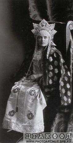 Баронесса Э.В.(Эмма Елена София) Фредерикс в костюме боярышни XVII века. Исторический бал 1903 года.
