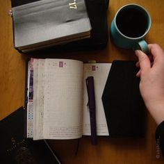 週末は子どもたちの部活動に追われっぱなしで、 あいにくゆっくり手帳を開く時間もなく。 まずはコーヒーを飲んでから…。 #ほぼ日#ほぼ日手帳#能率手帳#手帳時間#手帳タイム#5年日記#写真#文房具#万年筆#ラミー#ライカ#コーヒータイム#波佐見焼#hobonichi#hobonichitecho#nolty#filofax#filofaxlove#planneraddict#plannergirl#plannerlove#fountainpen#fpgeeks#lamy#stationery#leica#leicadigilux2#hasami#handsinframe
