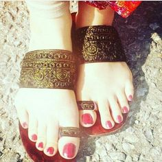 Shared by Aıshā ツ. Find images and videos on We Heart It - the app to get lost in what you love. Leg Mehndi, Legs Mehndi Design, Mehndi Designs Feet, Stylish Mehndi Designs, Beautiful Mehndi Design, Beautiful Toes, Bridal Mehndi Designs, Mehandi Designs, Chappals For Womens