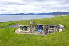 Two award-winning 5 star graded cottages hidden on a Hebridean Isle, with luxury interiors, and stunning views Haus Am Hang, Earth Sheltered Homes, Isle Of Harris, New Year Pictures, Underground Homes, Earth Homes, Green Architecture, Earthship, Stunning View
