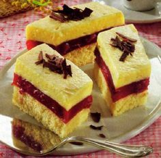Prăjitură cu vişine – Giulia's world by Dima Ioana Hungarian Desserts, Romanian Desserts, Hungarian Recipes, Cold Desserts, Delicious Desserts, Cookie Recipes, Dessert Recipes, Pie Cake, Cake Cookies