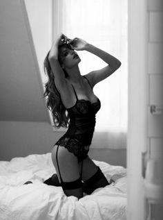 classic boudoir. I love the black and white. Now a some pearls and it's perfect.