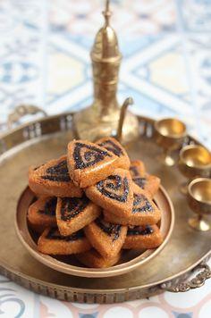 Voilà une douceur qui tombe à pique, dans la pure tradition de la vieille Casabah. Je vous propose des Makrouts frits croustillants aux da...