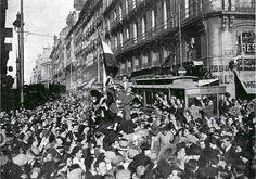 14 de abril de 1931. VIVA LA REPÚBLICA ! | Flickr: Intercambio de fotos Foto Madrid, Monochrome, Spanish, Street View, War, Explore, Black And White, History, Pictures