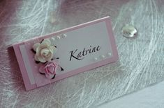 Bilderesultat for bordkort konfirmasjon jente Card Table Wedding, Wedding Place Cards, Wedding Table Numbers, Wedding Tables, Sweet 16 Birthday, 16th Birthday, Table Name Cards, Diy And Crafts, Paper Crafts