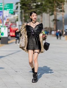 SPORTY sweatshirts, ripped denim and quirky accessories: as we turn to South Korea for Seoul Fashion Week, see who's sporting the best street style looks away from the catwalk. Korean Fashion Winter, Korean Fashion Casual, Korean Street Fashion, Korea Fashion, Cool Street Fashion, Kpop Fashion, Fashion Black, Asian Fashion, London Fashion