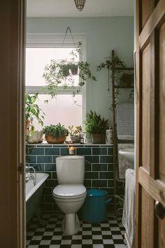 Via Design Sponge fann jag Anna Potters vackra hem med de färgskalor jag själv suktar så mycket efter nu. älskar alltihop. Att ha mycket växter i badrummet är verkligen hur fint som helst. Och m