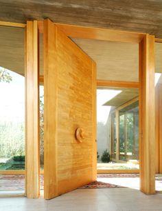 Materiales: Puertas de Madera Maciza House Design, Wood Doors, Interior Architecture Design, New Homes, Doors Interior, Front Door, Entry Doors, Wood Doors Interior, Barn Door In House