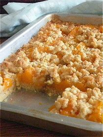 Peach Crumb Slab Pie is a fun way to serve pie like a bar. The crust is rolled to fit a rimmed jelly roll pan and shaped into a rectangle instead of round. Pudding Desserts, Köstliche Desserts, Delicious Desserts, Dessert Recipes, Peach Slab Pie, Apple Slab Pie, Peach Pie Bars, Peach Crumble Bars, Easy Peach Pie