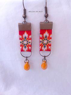 Boucles d'oreille en tissu motif floral rouge et perle de verre jaune : Boucles d'oreille par bellesdenuitcreationstextiles
