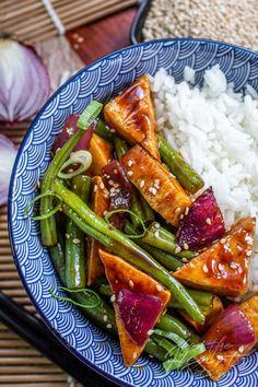 Knuspriger Sweet Chili Tofu mit grünen Bohnen   for the Hearts Kitchen   die Küche mit Herz von Christian Schäfer. Kreative einfache vegane Rezepte für jeden Tag Spring Recipes, Asian Recipes, Green Beans, Meal Prep, Curry, Food And Drink, Veggies, Healthy Eating, Lunch