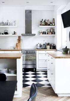 På Østerbro i København har en familie indrettet et stort rækkehus fra 1931 i en enkel, eksklusiv og finurlig stil. Se, hvordan de med succes har blandet nyt design med møbler, der blandt andet er fundet i storskrald.