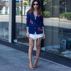 Super clássico dos anos 80/90 os jeans com bordado voltaram com tudo e esse da @ziann_jeans está um tombo de lindo não tá? Garrei amor!
