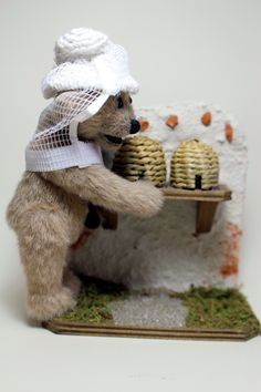 IMKI (11 cm) der Imker-Bär, der sich wegen des Bienensterbens um seine Bienenvölker sorgt.